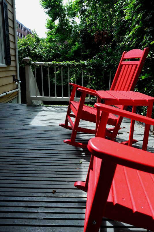Pont juste à l'extérieur de la cuisine, sur les marches donnant sur la cour. 3 tables et 6 chaises pour les invités.