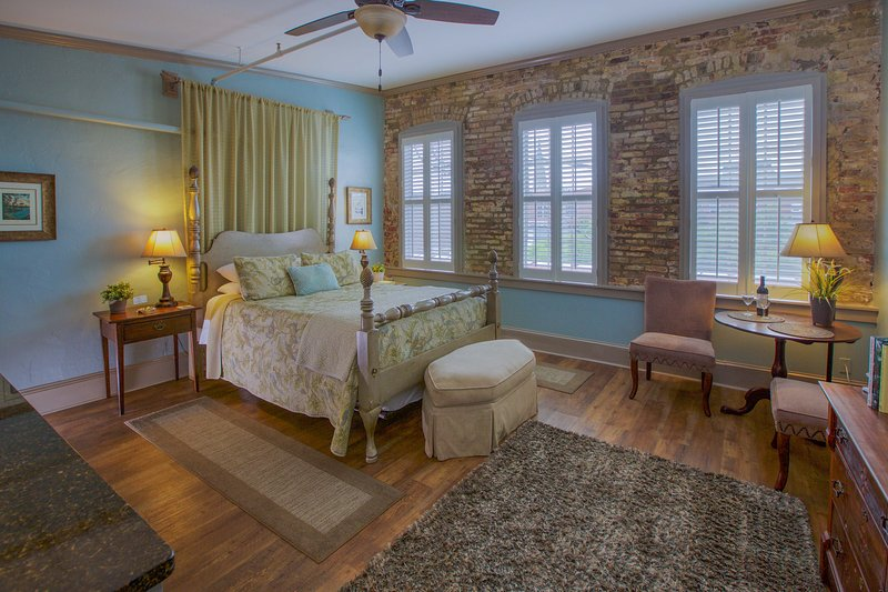 Beautiful and charming Suite overlooking the World-renowned Market in the Best Location in Downtown!