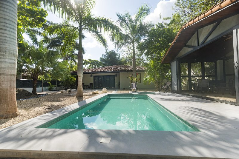 Private pool, screen in dining area