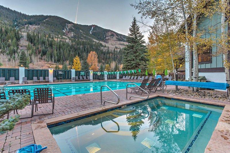 Sumergirse en la comunidad jacuzzi o la piscina durante su próximo viaje a Vail!