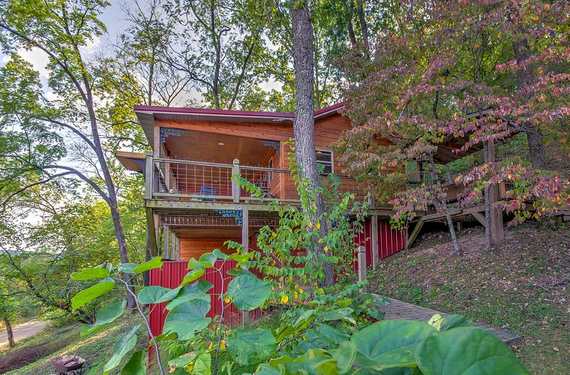 Settled on a hilltop, this cabin boasts unbeatable views of the Mark Twain Forest and Mill Creek Valley.