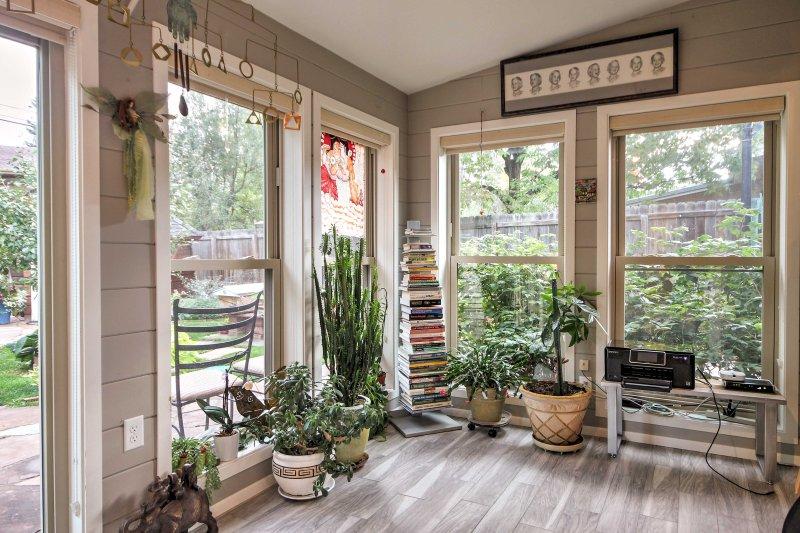 Quando non passi il tempo nel cortile recintato, rilassati in questa veranda.
