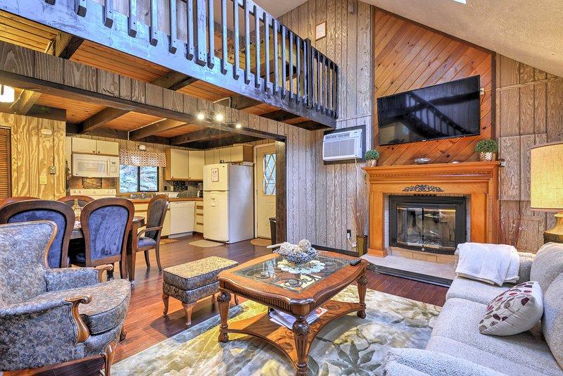 La maison dispose de hauts plafonds voûtés et un mobilier confortable.