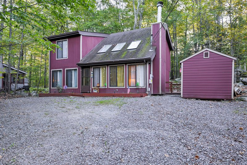 Enjoy an all-seasons getaway at this charming vacation rental house in Lake Ariel.