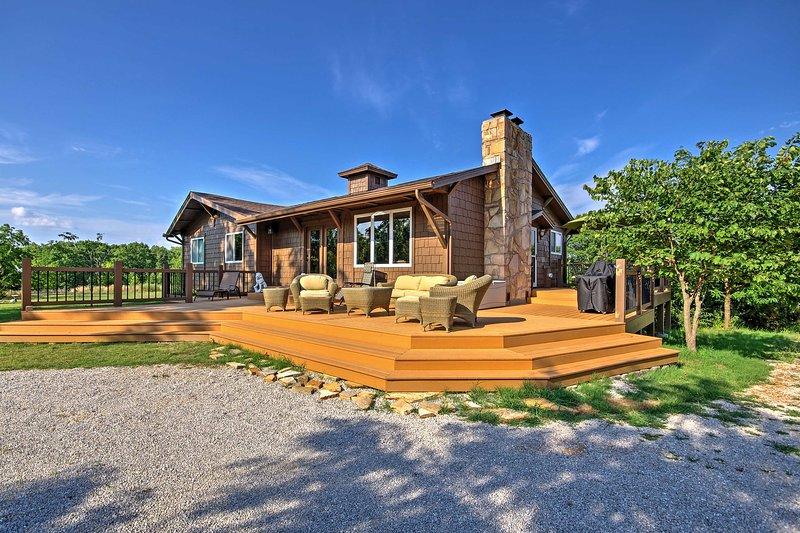 Situado en 5 acres de tierra, podrá disfrutar de una escapada tranquila en este 3 dormitorios, 3 baño casa de vacaciones en Sunrise Beach!
