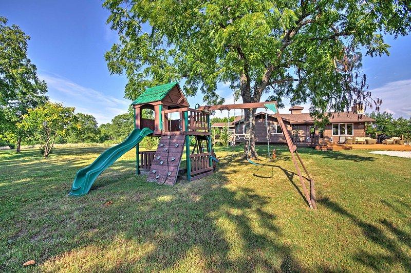La propiedad incluye un gran patio, columpios, barbacoa y pozo de fuego.