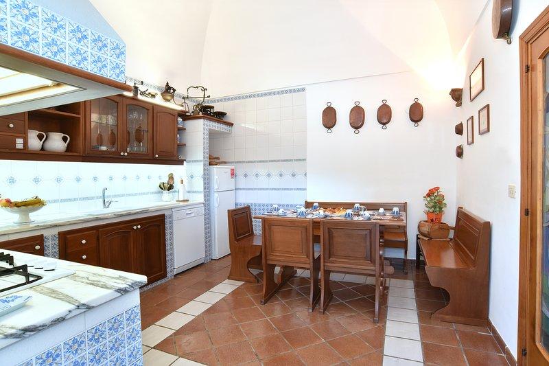 Fantastica villa con piscina e giardino, ideale per gruppi  famiglie e relax, Ferienwohnung in Sant'Agata sui Due Golfi