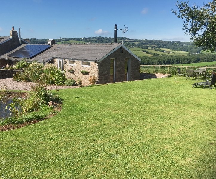 Dog friendly Dolly's Barn Barn with stunning views & green credentials – semesterbostad i Chepstow
