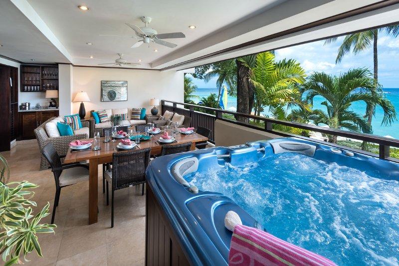Lo stupefacente patio sulla spiaggia offre una vasca idromassaggio con vista sul Mar dei Caraibi