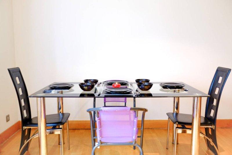 mesa de comedor en la sala de estar