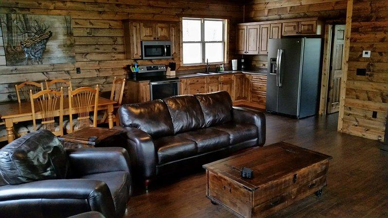 Sala de estar con TV de pantalla plana de 60 pulgadas.