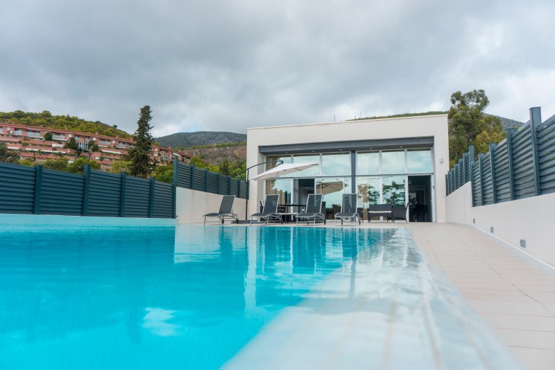 LUXURIOUS VILLA .OVERFLOWING SWIMMING 100M  FROM  BEACH. CASTELLDEFELS-SITGES, vacation rental in Cervello