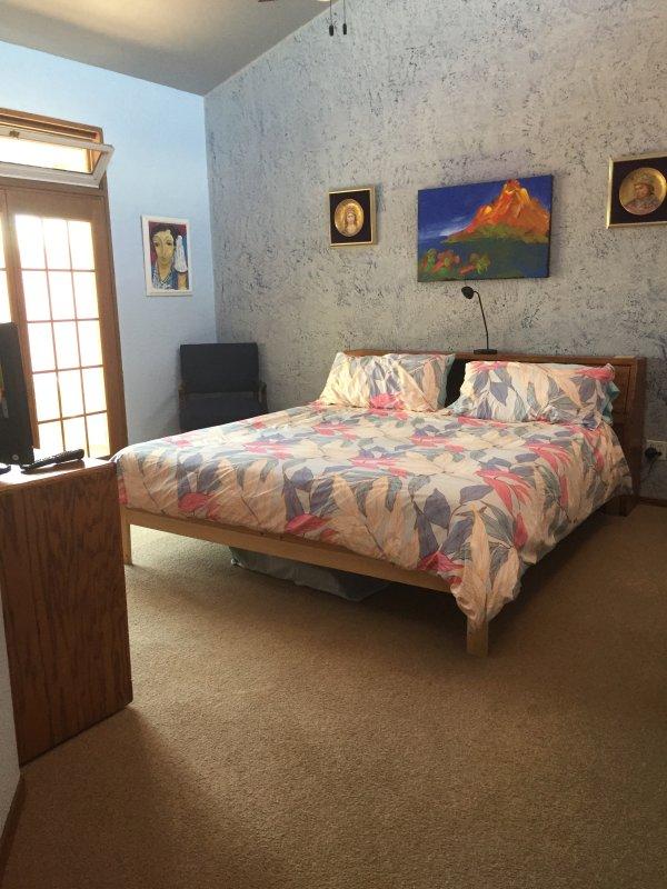 Schlafzimmer zeigt die Tür zum Innenhof