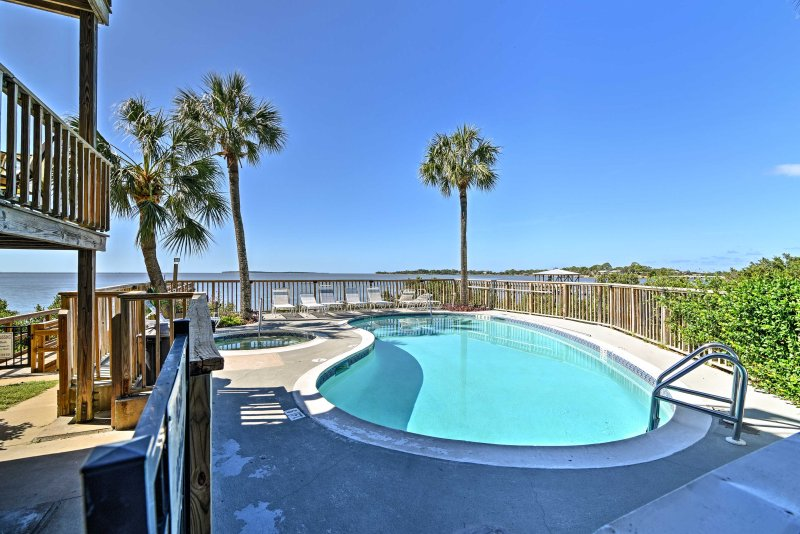 Beachfront Cedar Key Condo w/ Pool, Spa & Views!, vacation rental in Cedar Key