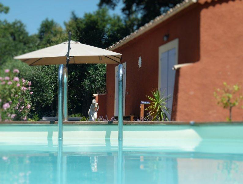 Descanso familiar junto a la piscina. La Riviera francesa en paz