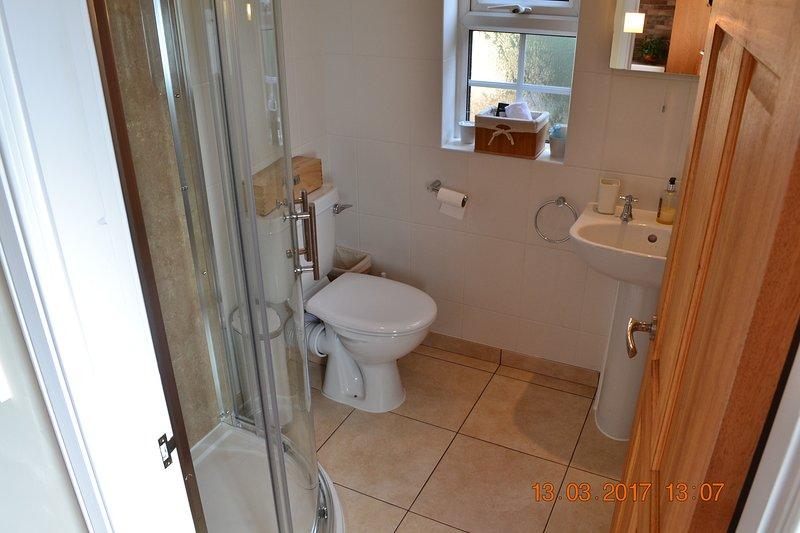 Acabados de reparar cuarto de baño con calefacción por suelo radiante y un montón de toallas de lujo