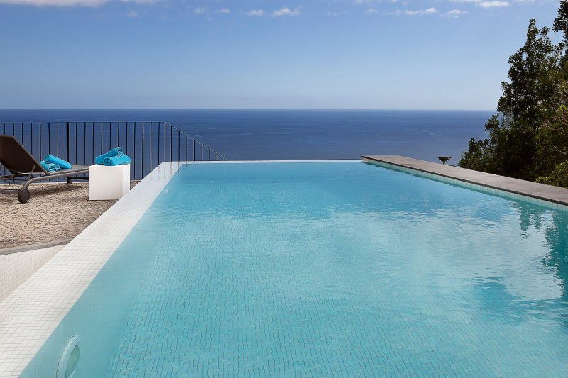 Overlooking Calheta Beach, quality private villa, heated pool | Casa Do Julio, location de vacances à Calheta