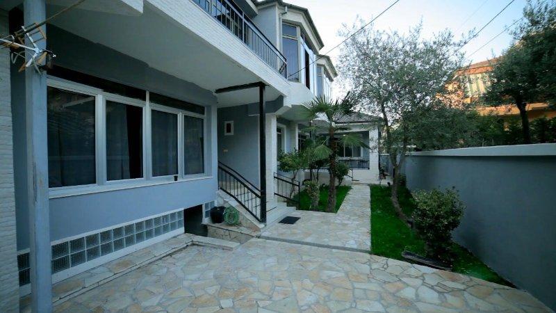 4-Bedroom Glasshouse Vila, holiday rental in Tirana