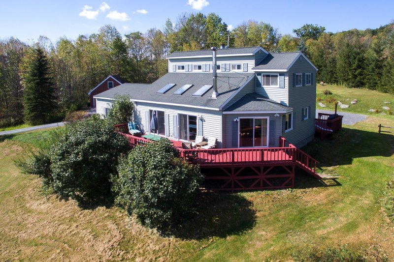 Catskill Mtn View Contemporary w Fireplace & Deck, near wedding venue and skiing, aluguéis de temporada em Halcottsville