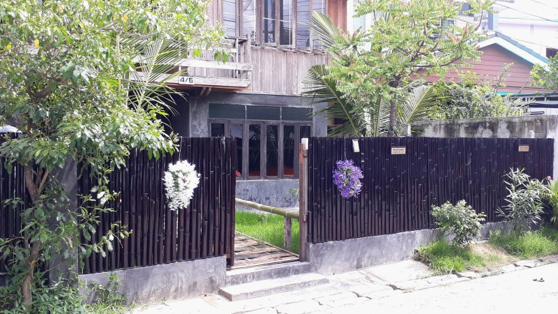 Teak house and Tropical garden in old city center, vacation rental in Haiya