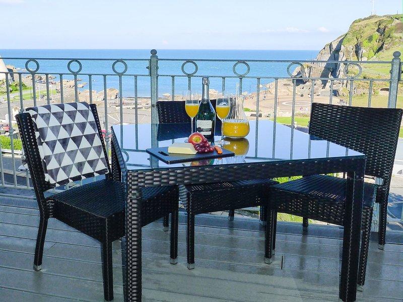 5 ARLINGTON VILLAS, beautiful apartment with seaward facing balcony in, holiday rental in Ilfracombe