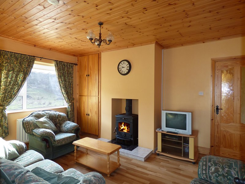 HEATHER COTTAGE, countryside views, open plan, traditional multi-fuel stove, holiday rental in Crocknamurleog