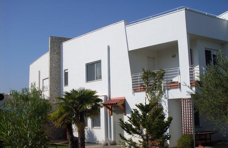 VILLA in villaggio residenziale-9 posti letto-3 bagni-giardino-posto auto privato.