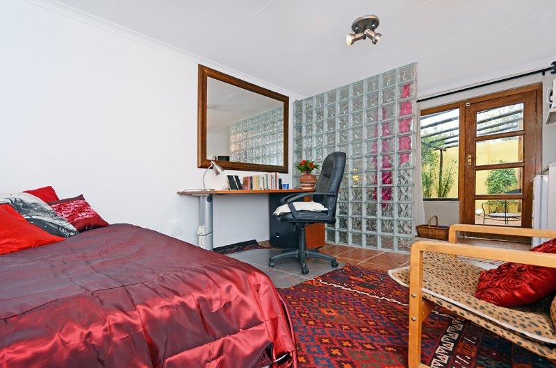 Flatlet in Westene opposite park - two rooms, garden, secure parking, fun hosts!, holiday rental in Roodepoort