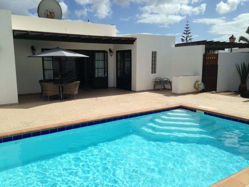 Three Palms Villa - Private pool, Aircon, fibre Wifi, Licensed holiday home, vacation rental in Playa Blanca