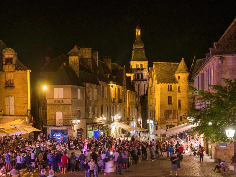 The spectacular town of Sarlat is only 6 miles away