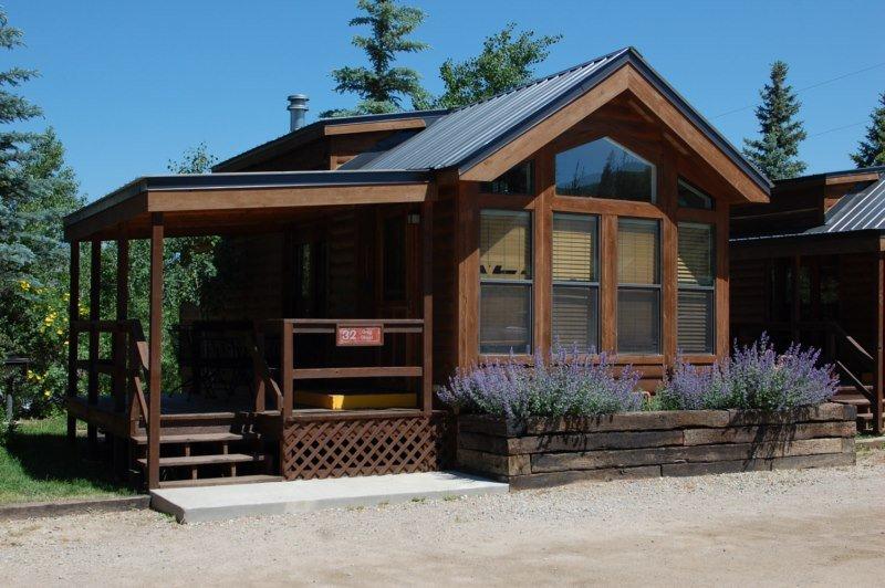 Cozy 'Modular' Style 1 BR with Sleeping Loft Cabin at Three Rivers Resort in Almont (#32), alquiler de vacaciones en Pitkin