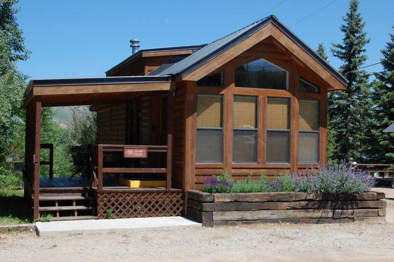 Cozy 'Modular' Style 1 BR with Sleeping Loft Cabin at Three Rivers Resort in Almont (#31), alquiler de vacaciones en Pitkin