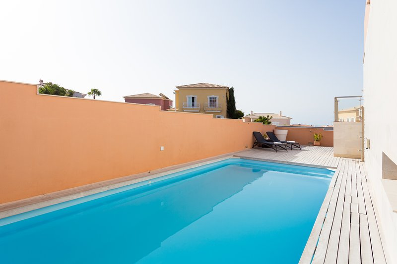 Modern House with Private Heated Swimming Pool, casa vacanza a El Medano