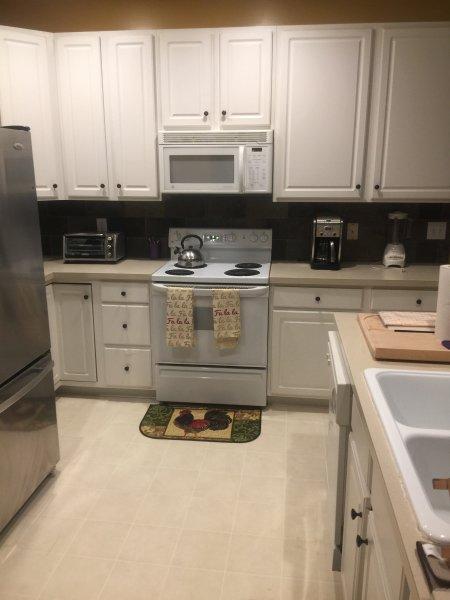 cocina completamente equipada con electrodomésticos modernos
