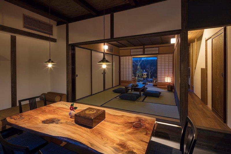 NEW! Spacious house GREAT access to GION & Kyoto STN x WiFi x 2 Toilets- AppleTV, alquiler de vacaciones en Kioto