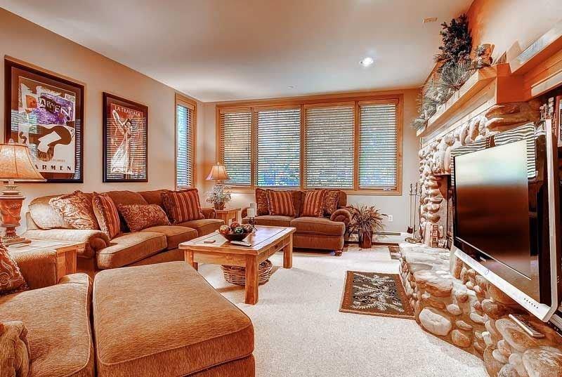 01-Highlands-Lodge-206-Living-1.jpg