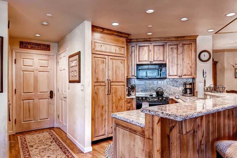 1-Highlands-Lodge-307-Kitchen1.jpg