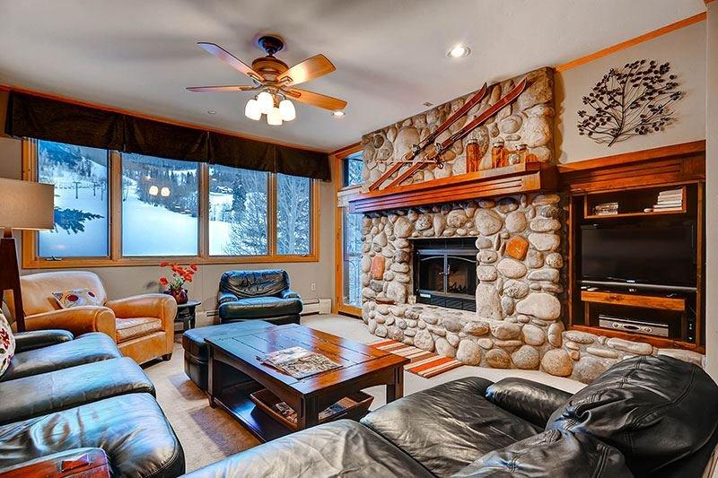 Highlands-Lodge-300-Living1.jpg
