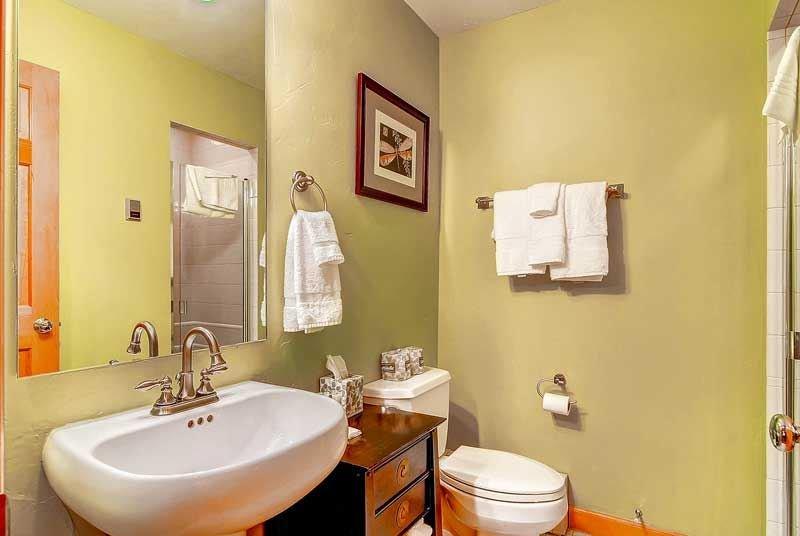 13-Highlands-Lodge-300-Bath-B1.jpg