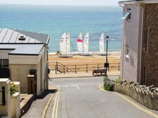 Seaside a beautiful apartment ,a stones throw from the beach., casa vacanza a Ventnor