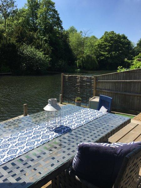 Hay un muelle privado a orillas del río en Norwich.