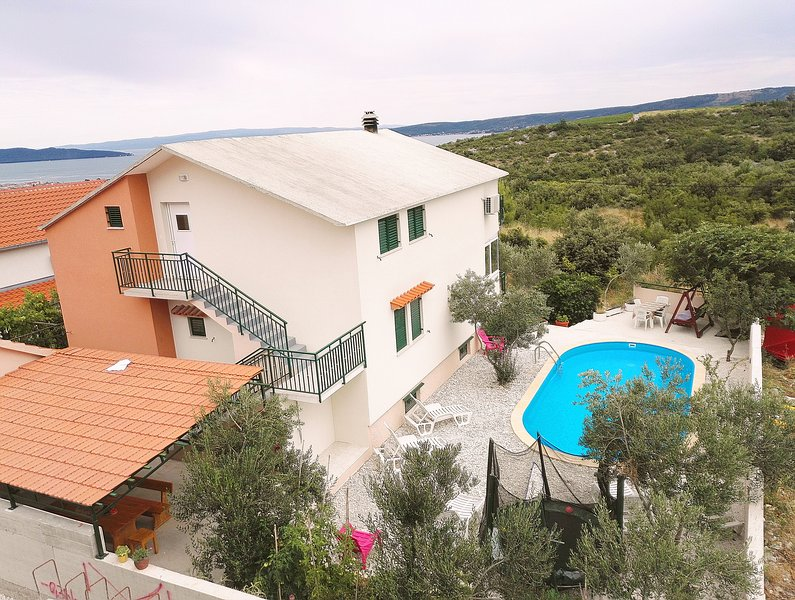 House with a pool and stunning view, location de vacances à Kastel Novi