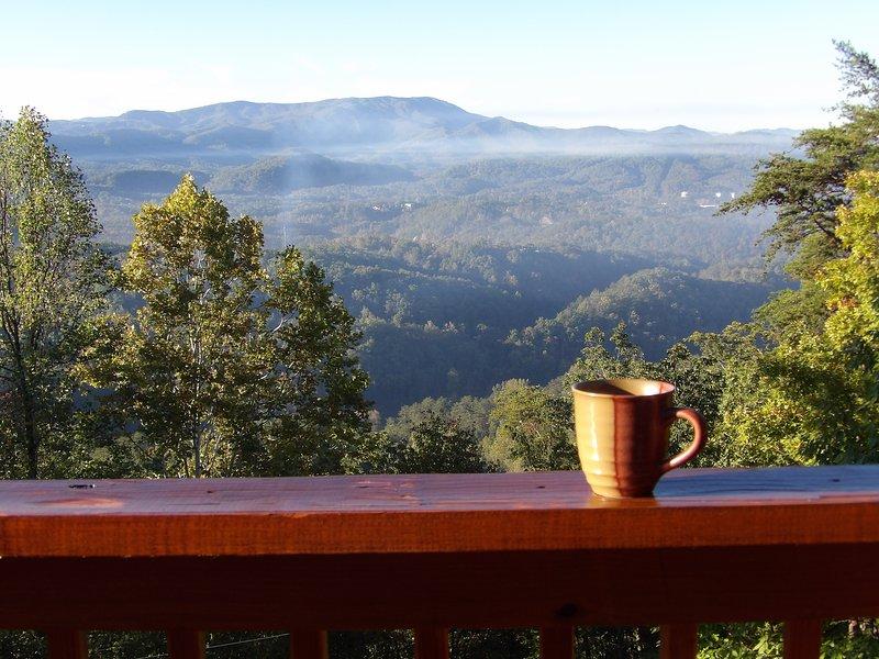 Yogi's Den: Breathtaking view! Private acre, 3 min to