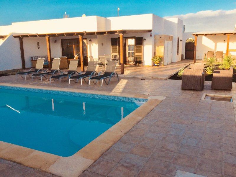 Villa terrazza con lettini, barbecue, comodi posti a sedere di fuori