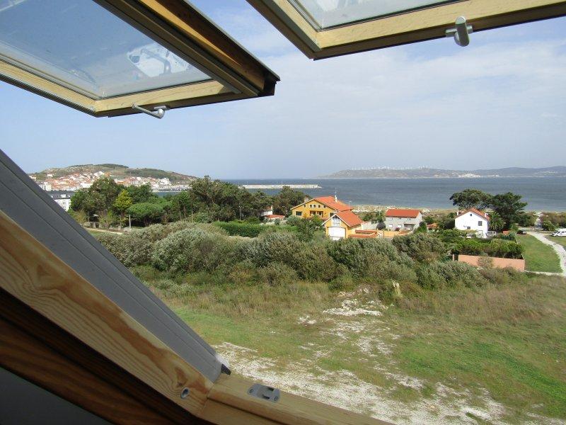 Ático NUEVO (Wifi) Laxe enfrente de la playa, holiday rental in Neano