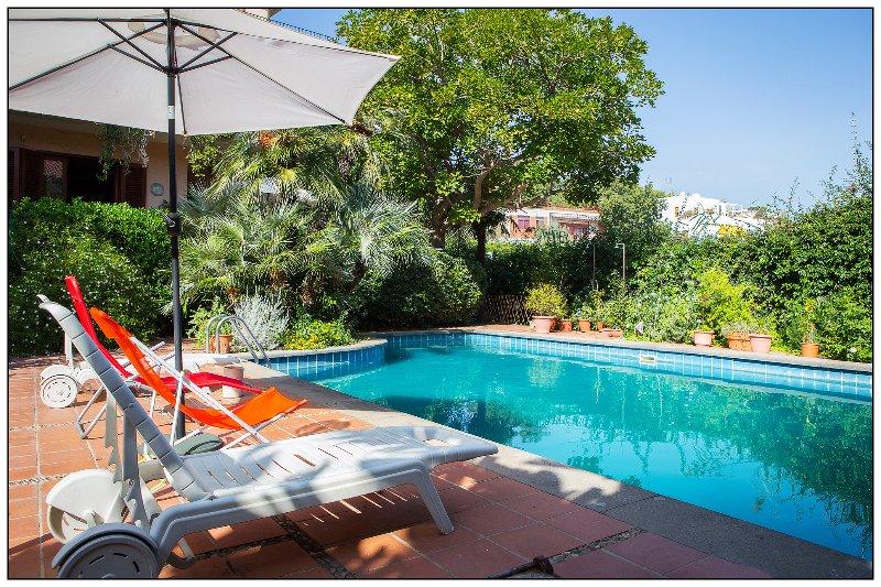 Acitrezza Villa immersa nel verde con piscina privata, location de vacances à Acitrezza