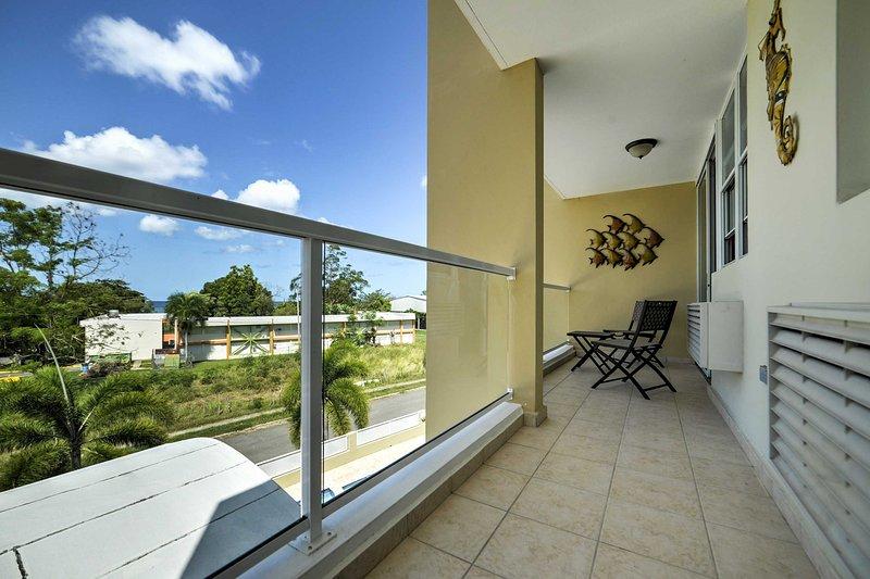 Geniet van het uitzicht op de schitterende zwembad en de prachtige omgeving van een eigen balkon van het apparaat.