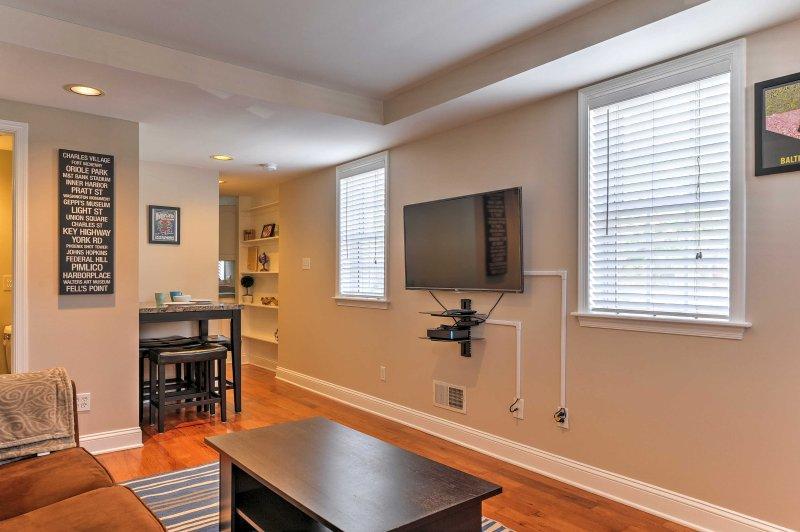 Rilassatevi nel soggiorno, che dispone di un divano peluche e TV via cavo a schermo piatto.