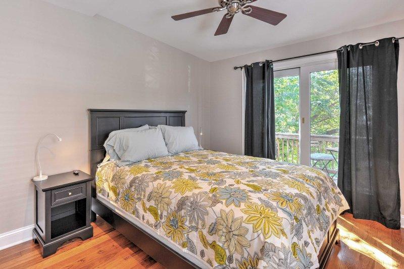 La prima camera da letto dispone di un letto matrimoniale, TV a schermo Smart TV e di balcone privato.