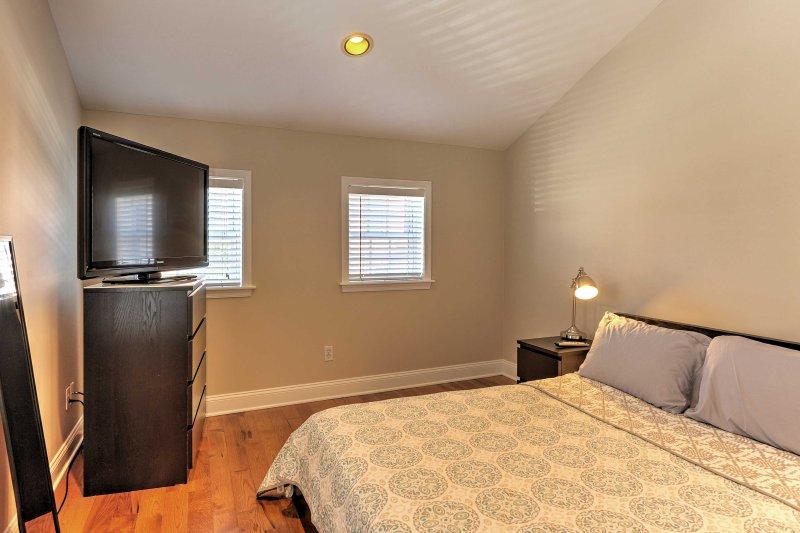 La seconda camera dispone di un letto full-size e di una TV a schermo Smart TV.